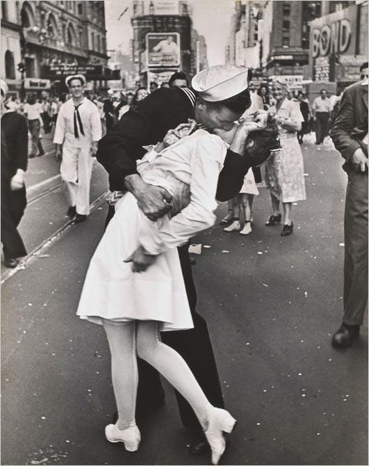 Постоянный поцелуй на Таймс-Сквер в Нью-Йорке